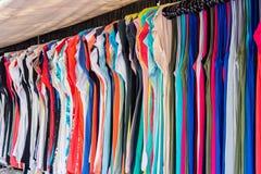 Shoppa sommarkläder på gatan Arkivfoto