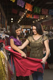 shoppa två unga kvinnor Royaltyfri Fotografi