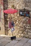 Shoppa undertecknar in gammal tovn, Rovinj Arkivfoton