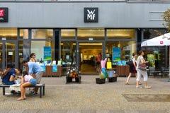 Shoppa WMF (den Metalware fabriken av Wuerttemberg) på Alexanderplatz Arkivfoto