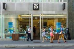 Shoppa WMF (den Metalware fabriken av Wuerttemberg) på Friedrichstrasse Arkivfoto
