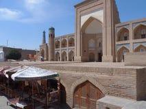 Shoppar av souvenir framme av en gammal traditionell madrasah var studenter gick att lära Arkivbilder