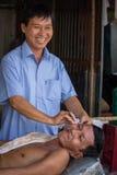 Shoppar barberaren för öppen luft för vietnames Arkivbilder