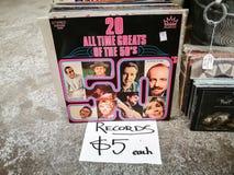 Shoppar CD rekord för tappning av 20 alla tidgreats av 50 `en s till salu $5 each på antikt Arkivbilder