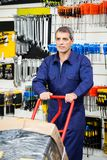 Shoppar den driftiga spårvagnen för arbetaren i maskinvara Royaltyfria Foton