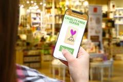 Shoppar den fria idén för grymhet, flicka med den frameless telefonen på suddigt bakgrund Royaltyfri Fotografi