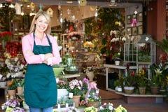 Shoppar den plattform yttersidan för kvinnablomsterhandlaren Royaltyfri Foto