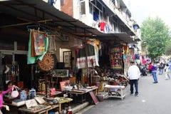 Shoppar den typiska Dongtai Lu antika marknaden Royaltyfria Bilder