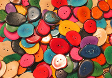 shoppar färgrika knappar för bakgrund i person som tillhör en etnisk minoritet Arkivfoto