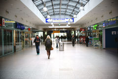 Shoppar i Berlin East Railway Station Arkivfoto