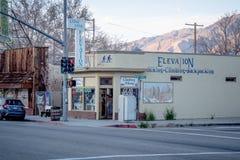 Shoppar i den historiska byn av ensamt s?rjer - ENSAMT S?RJA CA, USA - MARS 29, 2019 fotografering för bildbyråer