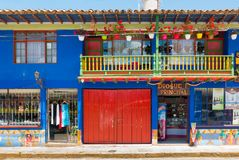 Shoppar i den koloniala byn av Raquira Colombia arkivbild