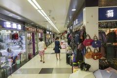 Shoppar i gångtunnel i Shanghai, Kina fotografering för bildbyråer