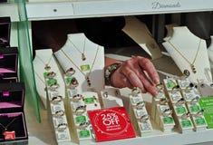 Shoppar jewllers i UKEN Arkivfoton