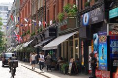 Shoppar, kaféer och restauranger i den Covent trädgården, den London gatan Royaltyfri Fotografi
