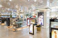 Shoppar kosmetiska produkter för kvinnor som är till salu i skönhet Arkivfoto