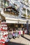 Shoppar med souvenir i Colmar, Alsace, Frankrike Arkivbild