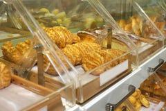 Shoppar nya bakade loaves för bröd på bagerit Royaltyfri Foto