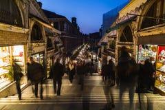 Shoppar och folk längs den Rialto bron Arkivfoto