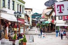 Shoppar och gatasikten i centrum av Skopje Arkivbild