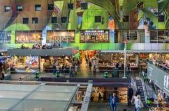 Shoppar och restauranger inom en saluhall i Rotterdam stadsmitt Arkivfoton
