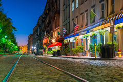 Shoppar och restauranger på flodgatan i i stadens centrum Savannah i Ge Royaltyfri Foto