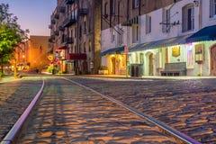 Shoppar och restauranger på flodgatan i i stadens centrum Savannah i Ge Arkivbilder