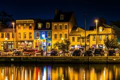 Shoppar och restauranger på natten i avverkningpunkt, Baltimore, Maryla arkivbilder