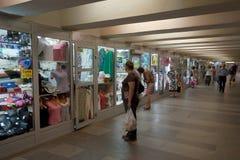 Shoppar och shoppar fönster i gångtunnelen Arkivfoto
