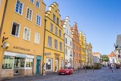Shoppar på den färgrika marknadsfyrkanten av Osnabruck Arkivbilder