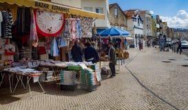 Shoppar på den huvudsakliga gatan av Nazare, Portugal Arkivbild