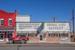 Shoppar på den huvudsakliga gatan Bridgeport, Kalifornien royaltyfri fotografi