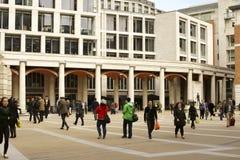 Shoppar på monumentet London Arkivfoto