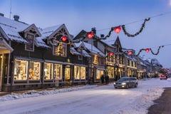 Shoppar på Troms för den huvudsakliga gatan vintertid Royaltyfri Bild
