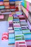 shoppar plastic sell för korg att väva royaltyfria foton