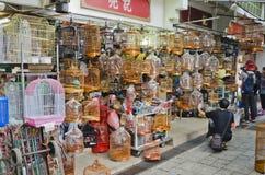 Shoppar sälja kinesiska stilfågelburar Royaltyfri Foto