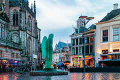 Shoppar, stänger och restauranger på den Grote Markt fyrkanten i Zwolle, Royaltyfri Fotografi