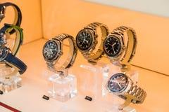 Shoppar till salu lyxiga klockor för omegan in fönsterskärm Royaltyfria Foton