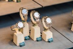Shoppar till salu Rolex lyxiga klockor in fönsterskärm Royaltyfri Fotografi