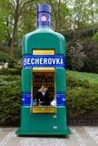 shoppar tjeckiskt berömdt för becherovka gatan Royaltyfri Fotografi