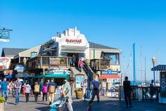 Shoppar, turister och lokaler runt om den Alcatraz presentaffären på fiskarens hamnplats fotografering för bildbyråer