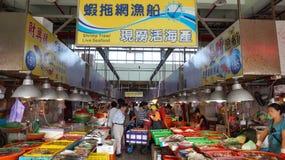 Shoppare besöker den berömda havs- marknaden i Donggang, Taiwan Arkivbild