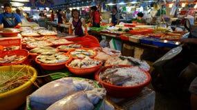 Shoppare besöker den berömda havs- marknaden i Donggang Taiwan Royaltyfria Foton