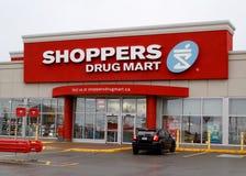 Shoppare förgiftar Mart Storefront royaltyfria bilder