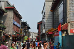 Shoppare i Peking Qianmen Royaltyfri Bild