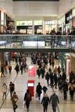 Shoppare inom den Arndale mitten, Manchester Arkivbilder