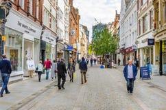 Shoppare och turister som strosar runt om den Manchester City mitten Arkivbilder