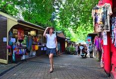 Shoppare på de original- Rainforestmarknaderna i Kuranda Queensla royaltyfri foto