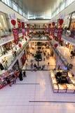 Shoppare på den Dubai gallerian i Dubai Fotografering för Bildbyråer