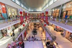 Shoppare på den Dubai gallerian i Dubai Arkivbild